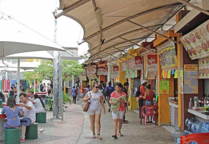 Las Palapas también tiene a sus alrededores restaurantes de comida mexicana y antojitos así como la Iglesia de Cristo Rey.   (Jesús Tijerina/SIPSE)