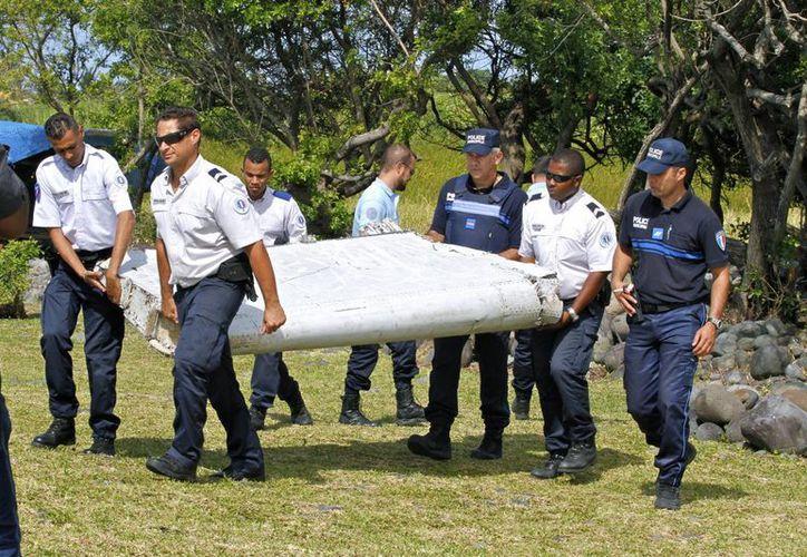 En julio de 2015 se localizó un fragmento metálico que hoy se confirma que corresponde al del Vuelo MH370 de Malaysia Airlines. (AP)