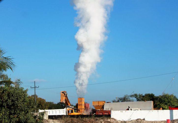 Los vecinos de la empresa respiran prolongadas horas la humareda. (Javier Ortiz/SIPSE)