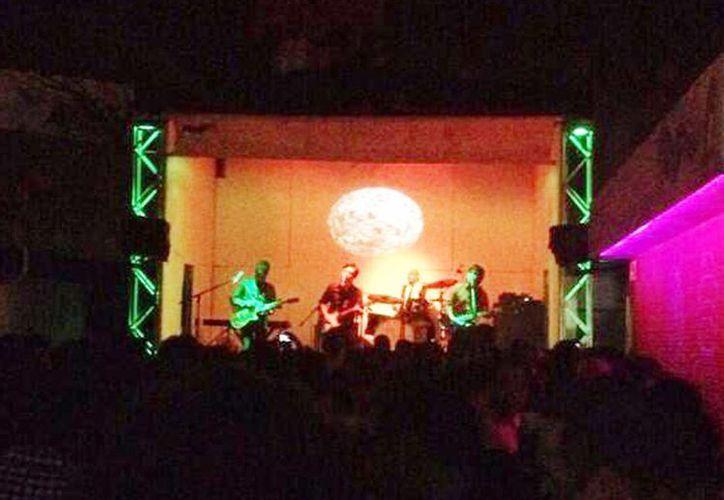 """El público disfrutó de una noche de """"rockabilly"""" en el  santuario sonoro Delorean. (Milenio Novedades)"""