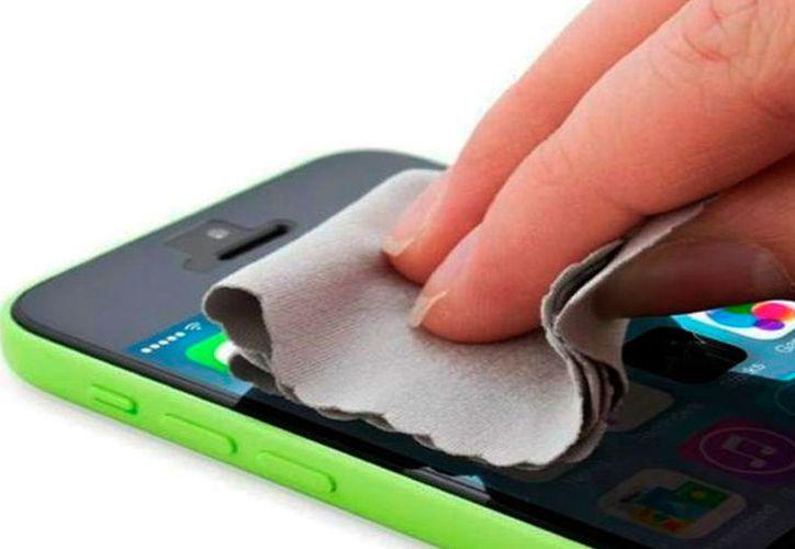 es importante limpiar de forma constante el celular, ya sea con toallitas húmedas o con un algodón con alcohol.  (Contexto/Internet)