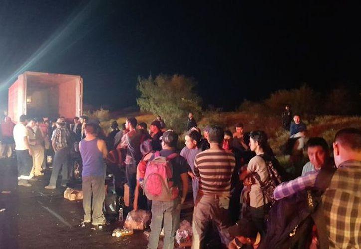 Migrantes deshidratados y enfermos son rescatados en tráiler en Nuevo León. (Foto: Noticieros Televisa)