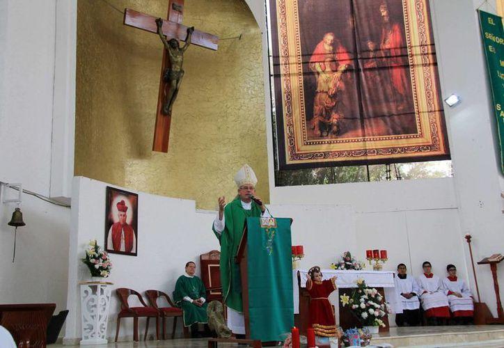 Durante la homilía dominical, Pedro Pablo Elizondo Cárdenas dijo que hay recursos para frenar la ola delictiva. (Luis Soto/SIPSE)
