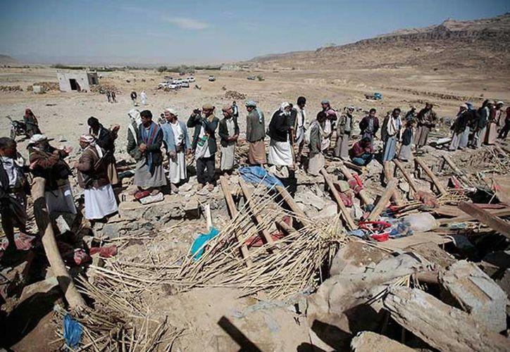 Varias personas muertas dejó el ataque aéreo de la coalición árabe contra una casa, en donde se llevaba a cabo un funeral, en el norte de Saná. Imagen de pobladores que se acercan al lugar en donde sucedió el bombardeo. (Notimex)