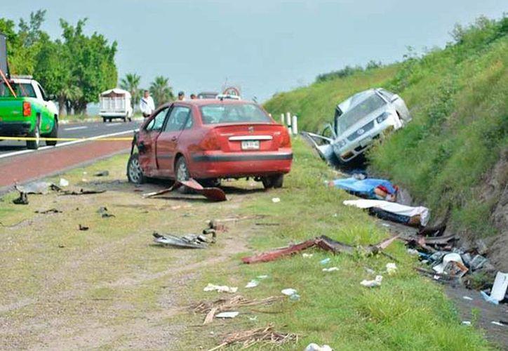 Un vehículo que circulaba sobre la autopista del Sol (México-Acapulco) chocó contra un auto estacionado. El saldo preliminar es de tres muertos y cinco heridos. (excelsior.com.mx)