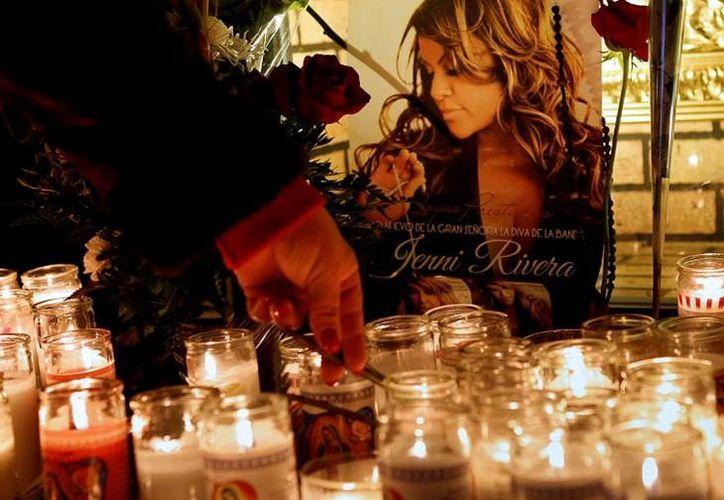 Los fanáticos dejaron muestras de cariño ante la fotografía de la cantante. (Agencias)