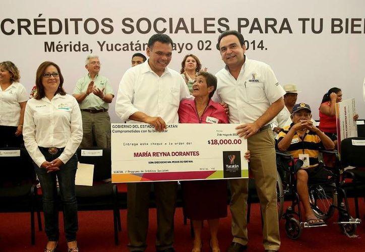 El Gobernador entregó 225 créditos sociales por 3.8 mdp a personas con discapacidad, madres de familia y adultos mayores de 43 municipios de Yucatán. (Cortesía)