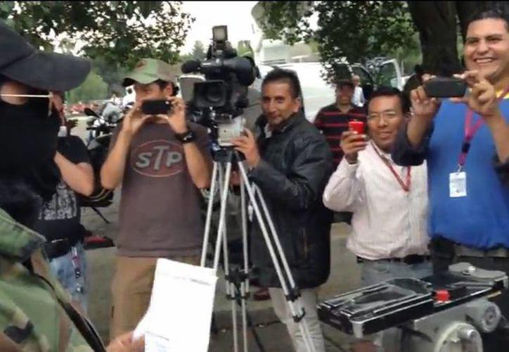 """El periodista tuvo que abandonar el sitio para """"calmar"""" los ánimos. (Imagen tomada del video)."""