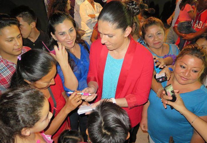 La senadora Ana Gabriela Guevara saluda a vecinos de Buctzotz, Yucatán. (SIPSE)