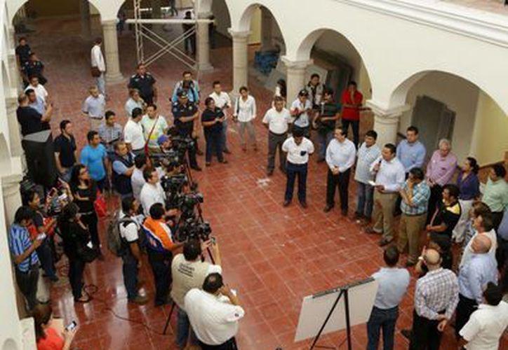 Autoridades municipales y empresarios recorrieron las obras en la casona en la que reubicarán a 80 ambulantes del Centro Histórico de Mérida. (Cortesía)