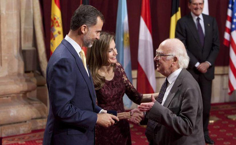 El científico Peter Higgs recibe el premio de manos de los Príncipes de Asturias. (Agencias)