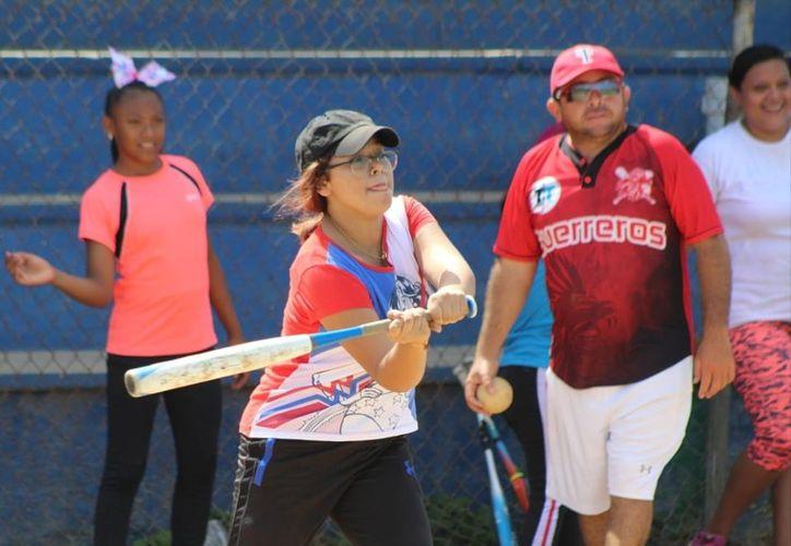 La práctica del softbol entre las jóvenes va en aumento cada semana. (Foto:   Novedades Yucatán)