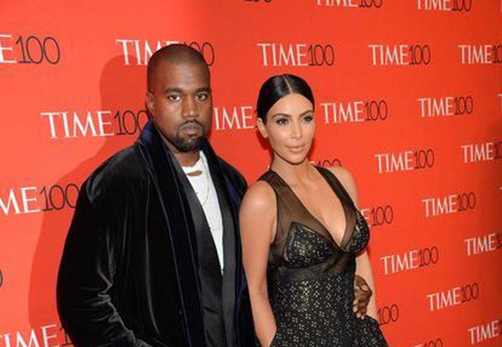 Kanye West y su esposa Kim Kardashian, quienes en esta foto aparecen en el evento TIME 100 Gala, denunciaron por incumplimiento de contrato, fraude y enriquecimiento ilícito al confundador de YouTube. (Foto: AP)