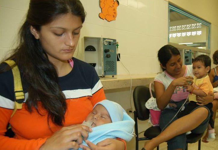 Los niños son los más afectados por los cambios bruscos de temperatura. Se les recomienda cumplir con el esquema de vacunación. (Milenio Novedades)