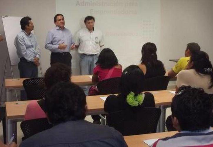 José Manuel López Campos (c), presidente de la Canaco en Mérida, pidió a los empresarios a no esperar más tiempo para rendir su declaración fiscal. (Milenio Novedades)