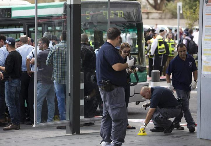 Miembros de la policía israelí trabajan en el lugar del suceso después de que un palestino atacara a un israelí con un arma blanca en el centro de Jerusalén. (EFE)