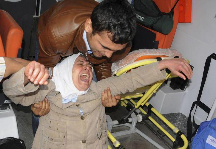 Una mujer reacciona con desesperación tras haber visto el cadáver de un familiar suyo, muerto durante la explosión en la mina de carbón en Soma, Turquía. (Foto: AP)