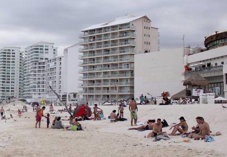 Los hoteles de la zona de playas tienen contrato con los del centro de la ciudad y escuelas para refugiar turistas. (Archivo/SIPSE)