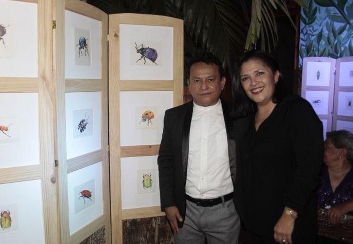 José Luis Loría Méndez posa junto a algunas de sus obras, durante la inauguración de la exposición. (Milenio)
