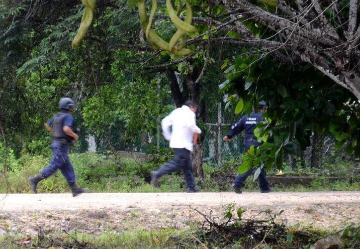 Con toda la intención de burlar a los empleados, el alcalde apareció a unos cien metros detrás de la escuela corriendo. (Manuel Salazar/SIPSE)
