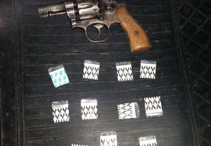 El sujeto fue arrestado con un revólver y bolsas de cocaína. (Redacción)