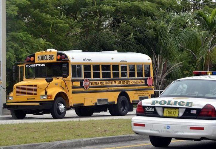 Autoridades investigan si cometió suicidio el padre de la joven que fue ultimada dentro de este autobús el mes pasado. (Agencias)