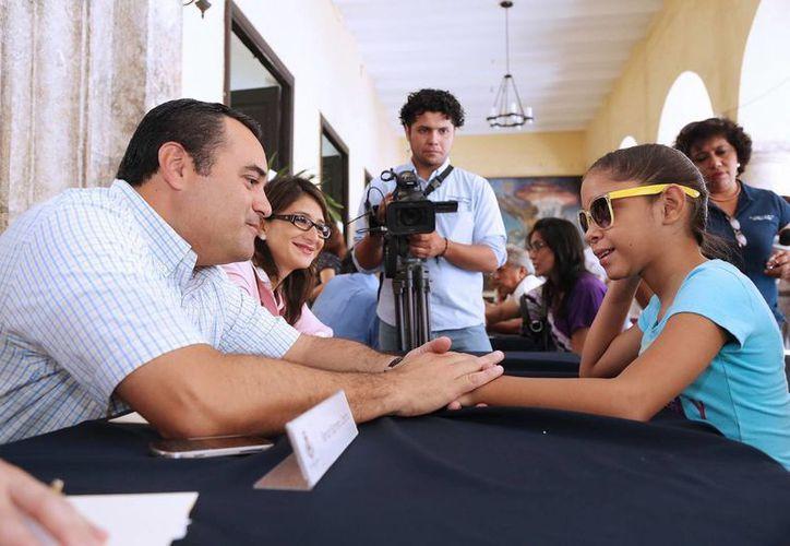 Mayra Gabriela se alegró al saber que el alcalde sabe tocar la batería. (Cortesía)