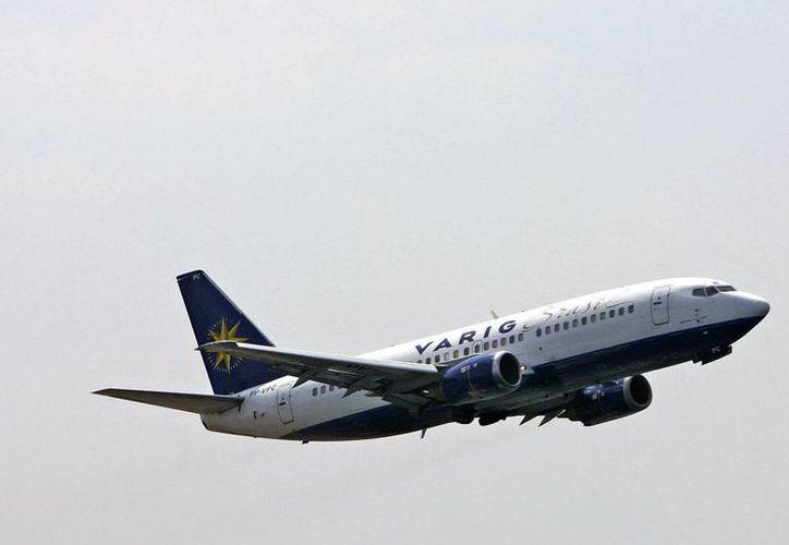 Imagen de archivo de un avión Boeing 737 de la aerolinea Varig volando sobre Rio de Janeiro. (EFE/Archivo)