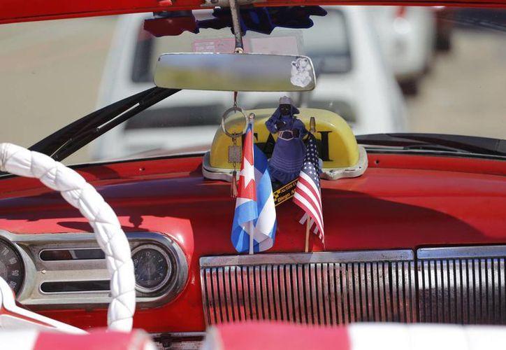La Cuba 'atrapada en el tiempo', con sus emblemáticos vehículos de los años 60 y sus edificios ruinosos, tiene grandes expectativas de la visita del presidente de EU, que se realizará en marzo. (AP)