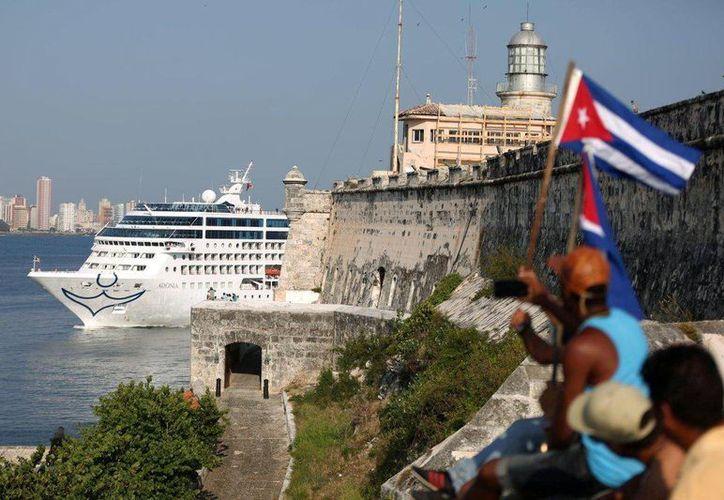El crucero Carnival Adonia llega a la bahía de La Habana, fue el primer crucero en navegar entre los Estados Unidos y Cuba desde la revolución de Cuba de 1959. (Archivo/Reuters)
