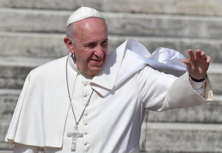 El Papa Francisco saluda a los feligreses durante la audiencia general de los miércoles en la Plaza de San Pedro del Vaticano. (EFE)