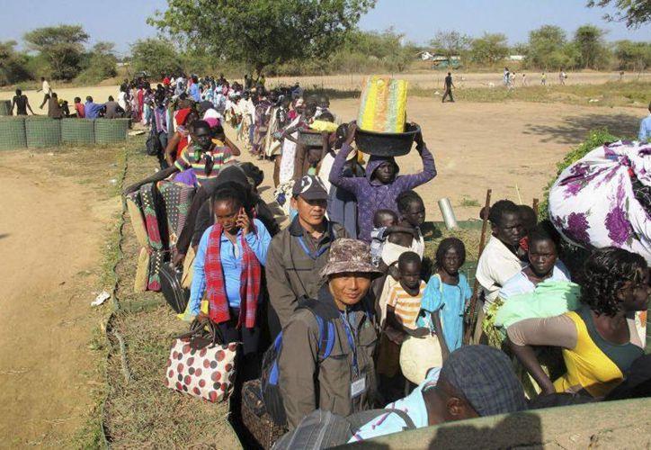 Civiles de Sudán del Sur se dirigen a Bor, donde militares de EU pretendían llevar a compatriotas suyas extraviados en una zona remota de ese país. (Agencias)