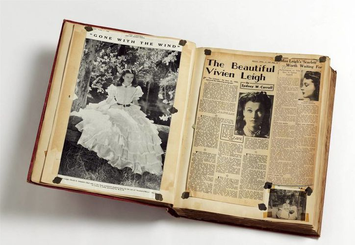 Foto facilitada por el museo londinense Victoria & Albert de un libro de recortes de Vivien Leigh. (EFE)