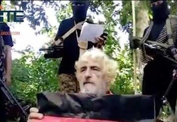Foto sin fecha sacada de un video de extremistas armados y difundida por el grupo SITE Intel Group, muestra al rehén alemán Jurgen Gustav Kantner en un lugar no conocido.  (SITE Intel Group via AP)