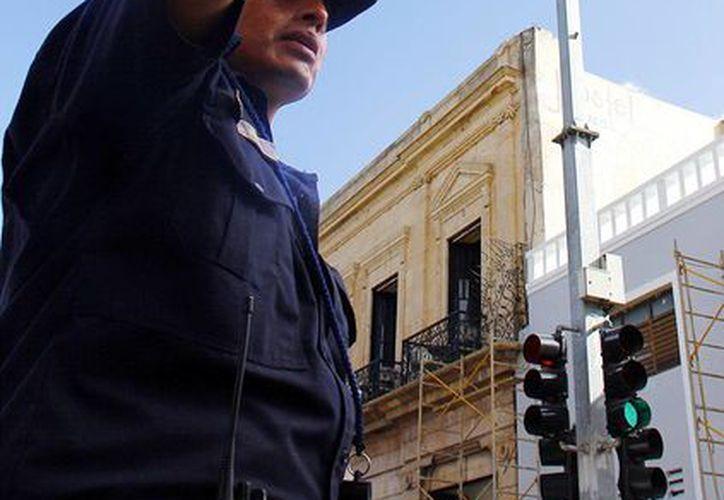 Las cámaras colocadas en gran parte de la ciudad refuerzan la vigilancia. Imagen de un policía en el centro de Mérida. (Milenio Novedades)