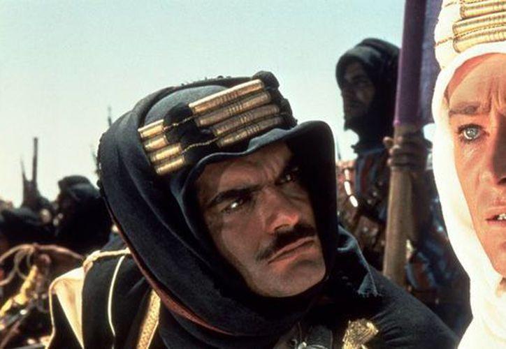 Omar Shariff (i), quien actuó al lado de Peter O'Toole en Lawrence de Arabia, padece el mal de Alzheimer. (Foto tomada de tpr.org)