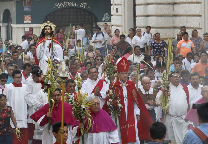 Los creyentes salieron de la rectoría de Santa Lucía y se dirigieron en procesión hacia la Catedral, entre rezos y alabanzas. (Daniel Sandoval/SIPSE)