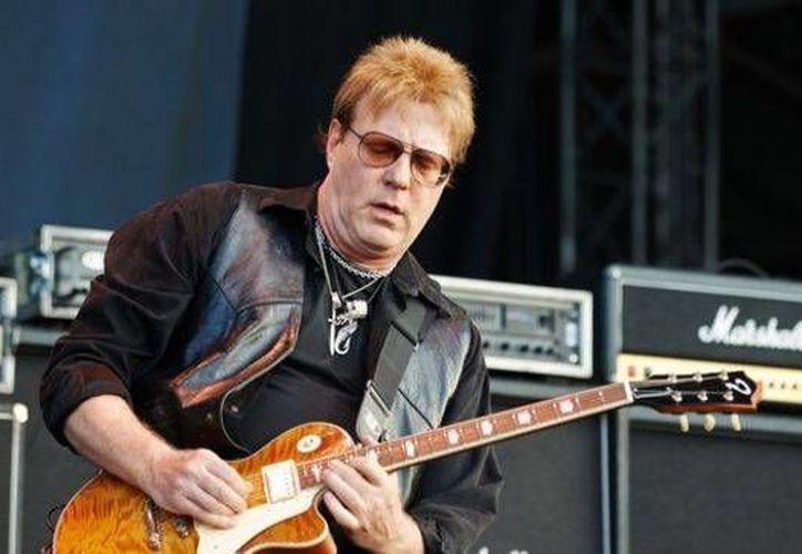 Jay Jay French afirma que ya sus 40 años de trayectoria y más de nueve mil conciertos son señal clara de que debe retirarse de la música. (Imagenes/ bravewords.com/ yahoo.com)