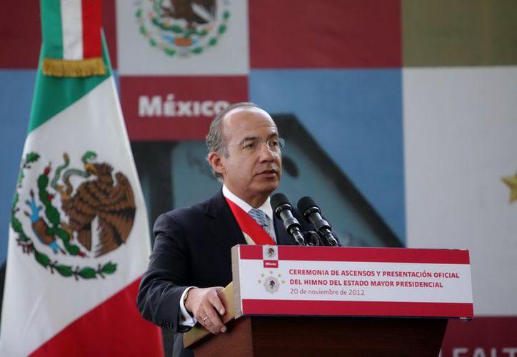Felipe Calderón entregó ascensos al grado inmediato a Generales, Coroneles y Tenientes Coroneles del Ejército y Fuerza Aérea Mexicanos. (Notimex)