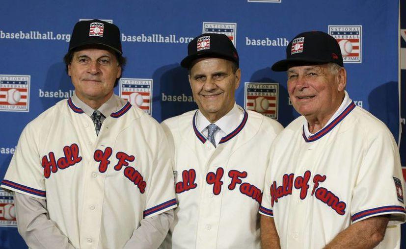 Los managers retirados (de izquierda a derecha) Tony La Russa, Joe Torre y Bobby Cox tras el anuncio de que fueron elegidos para estar en el Salón de la Fama del beisbol. (Agencias)