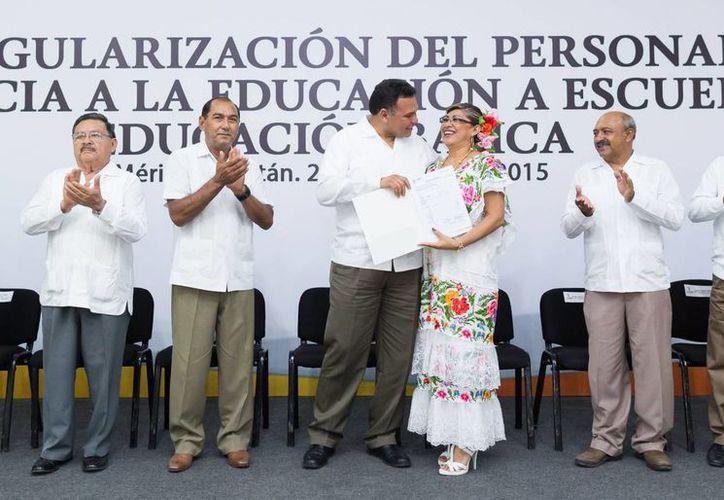En evento presidido por el gobernador Rolando Zapata, 451 trabajadores recibieron los documentos que acreditan sus plazas laborales en escuelas. (Foto cortesía del Gobierno de Yucatán)
