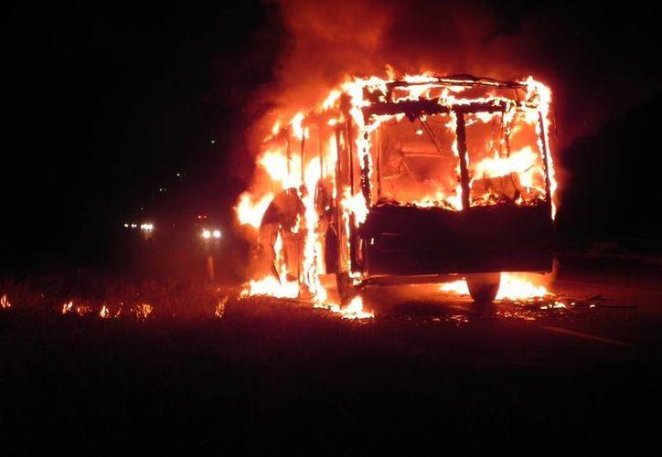 Un autobús de transporte de personal se incendió ayer en el tramo carretero Puerto Aventuras-Playa del Carmen. (Redacción/SIPSE)