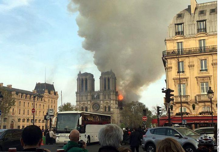 Dos tercios de los techos de la Catedral fueron devastados y que un bombero resultó herido. (Agencia Reforma)