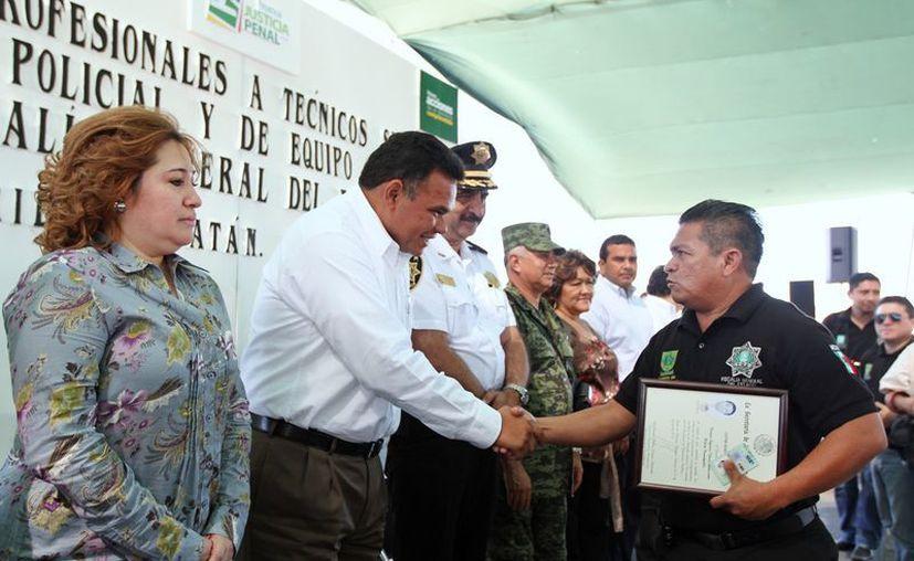 En el evento, Zapata Bello entregó títulos y cédulas profesionales a un total de 95 Policías Investigadores. (Cortesía)