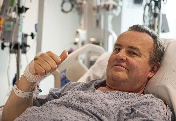 En esta foto del 13 de mayo del 2016 proveida por el Massachusetts General Hospital, Thomas Manning hace una señal con el pulgar a la pregunta de cómo se ha sentido luego de ser paciente del primer trasplante de pene en Estados Unidos. (Sam Riley/Mass General Hospital via AP)
