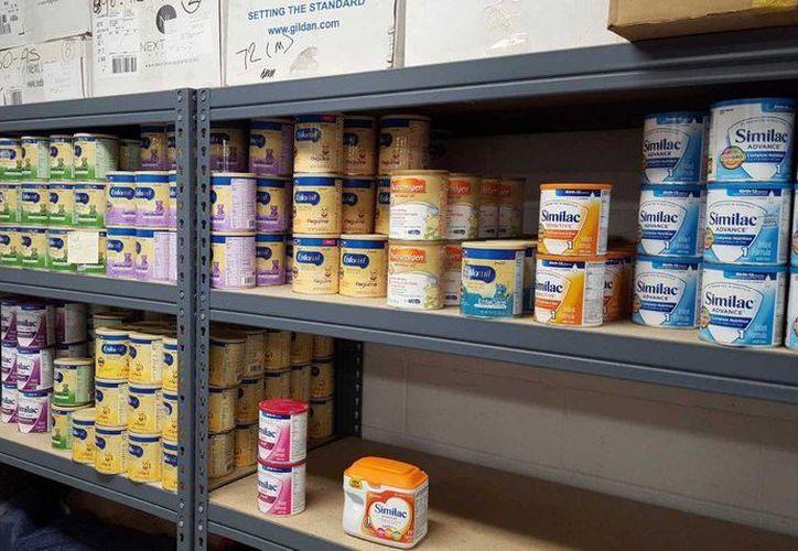 Imagen provista por la policía de la ciudad de Logan, Utah, muestra latas robadas de leche de fórmula infantil guardadas en el cuarto de evidencia del departamento de policía. El robo de leche de fórmula para bebés aumenta en tiendas en todo EU. (Departamento de Policía de Logan via AP)