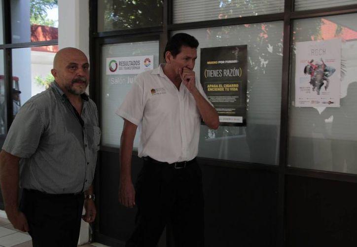 El encargado de Cofepris, recorrió el inmueble en compañía de Antonio Cervera León. (Tomás Álvarez/SIPSE)