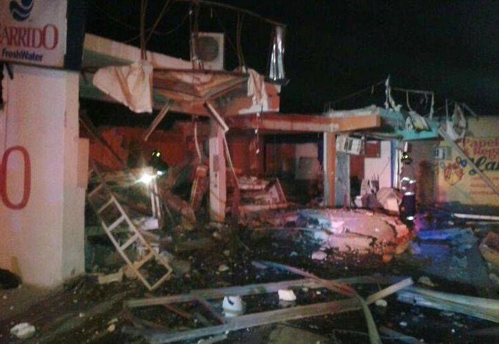 El siniestro que destruyó cuatro locales comerciales ocurrió por la madrugada. (El Universal/Foto especial)