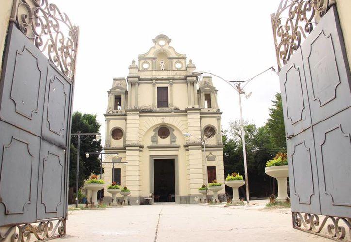 Esta iglesia destaca por su altos y gruesos muros, así como un amplió portón que llama la atención de quienes caminan o circulan por esa calle. (Daniel Sandoval/Milenio Novedades)