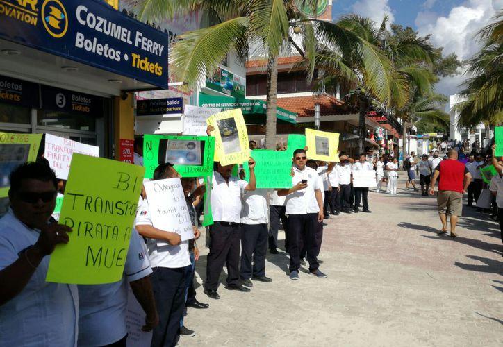 Con gritos y pancartas los taxistas se plantaron frente al acceso de las instalaciones federales. (Foto: Daniel Pacheco)
